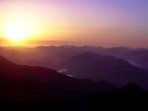 Soluppgång i de nordliga fjällängarna Arkivbilder