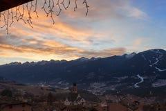 Soluppgång i den Fiemme dalen, Trentino, Italien Arkivbild