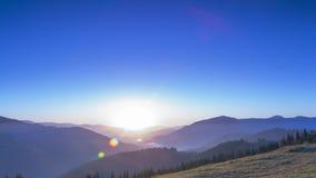 Soluppgång i den molnfria himlen över bergen Tid schackningsperiod stock video