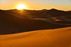 Soluppgång i den Sahara öknen Marocko Arkivfoton
