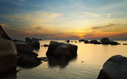Soluppgång i den steniga ön Royaltyfri Foto