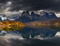 Soluppgång i den Torres del Paine nationalparken Arkivfoto