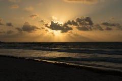 Soluppgång i den Tulum stranden arkivfoton
