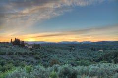 Soluppgång i den Tuscan bygden Arkivfoto