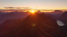 Soluppgång i dolomitesna Flyg- sikt av berg och dalar Lago di Fedaia, södra Tyrol och Trentino Höst in