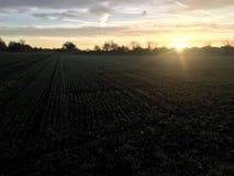 soluppgång i en höstsikt av den tyska byn i sol rays nära fjällängar Royaltyfria Bilder