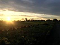 soluppgång i en höstsikt av den tyska byn i sol rays nära fjällängar Arkivbilder