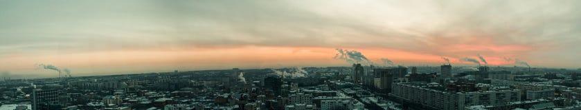 Soluppgång i en industriell stad Royaltyfria Bilder
