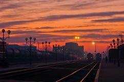 Soluppgång i en järnväg station Fotografering för Bildbyråer