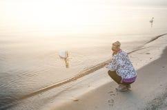 Soluppgång i en natur Havs- och beatifullstrand med flickan Tystnad Naturlig bakgrund solljus Fotografering för Bildbyråer