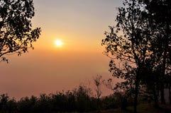 Soluppgång i ett härligt berg fotografering för bildbyråer