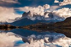 Soluppgång i för Torres del Paine nationalpark-, sjö Pehoe och Cuernos berg, Patagonia, Chile arkivfoton