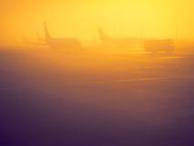 Soluppgång i flygplats arkivfoton