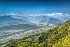 Soluppgång i Himalaya berg Arkivfoton
