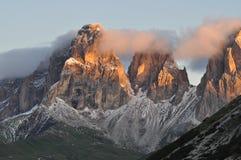 Soluppgång i italienska Dolomites Royaltyfria Bilder