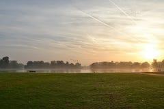 Soluppgång i Kensington trädgårdar parkerar London Arkivfoton