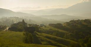 Soluppgång i lantlig bergby Arkivfoton