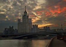 Soluppgång i mitten av Moskva Arkivbilder