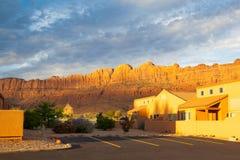 Soluppgång i Moab nära den huvudsakliga ingången till de berömda bågarna Nati Arkivbild