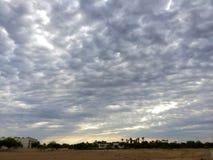Soluppgång i moln Arkivfoton