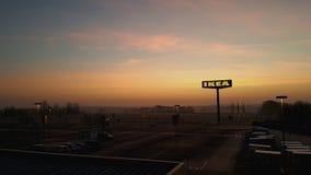 Soluppgång i parkeringsplats för Ikea ` s Arkivbilder