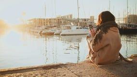 Soluppgång i port och flicka lager videofilmer