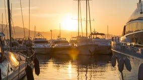 Soluppgång i Puerto Banus, Spanien, med yachter och lyx arkivbilder