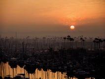 Soluppgång i röd himmel över det lilla hantverket i hamn på Marina del Rey, Kalifornien royaltyfri foto