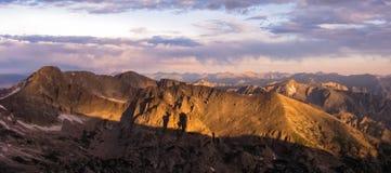 Soluppgång i Rockiesna Arkivfoton