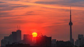 Soluppgång i staden arkivfilmer