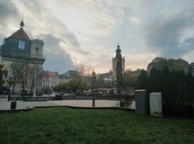 Soluppgång i stadsmitt Arkivbilder