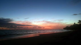 Soluppgång i stranden arkivbild