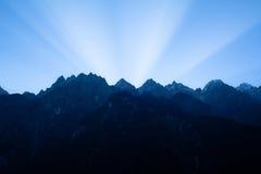 Soluppgång i tigern som hoppar klyftan. Tibet. Kina. Arkivfoton