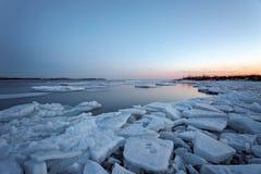 Soluppgång i Toronto Cherry Beach under vinter Arkivbild