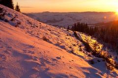 Soluppgång i vintern Carpathians Royaltyfria Bilder