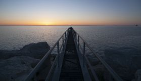 Soluppgång kommer till Greaten Lakes och denna metallgångbana arkivbilder