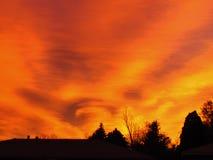 Soluppgång med örnhuvudet i moln Arkivfoton