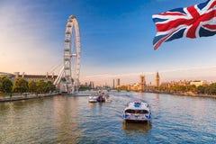 Soluppgång med Big Ben, slott av Westminster, London öga, Westminster bro, flodThemsen, London, England, UK Royaltyfri Bild