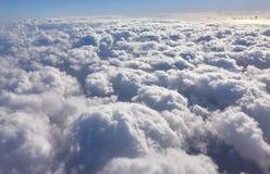 Soluppgång med blå himmel och vit fördunklar från slätten Arkivfoto