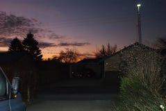 Soluppgång med de mörka konturerna av husen i bostads- grannskap Royaltyfri Fotografi