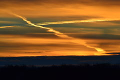 Soluppgång med den arga formen i molnen som förbiser fältet Arkivbilder