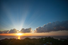 Soluppgång med det färgrika molnet Fotografering för Bildbyråer