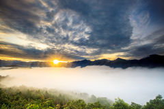 Soluppgång med det trevliga berget royaltyfria bilder
