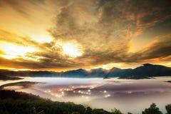 Soluppgång med det trevliga berget arkivfoton