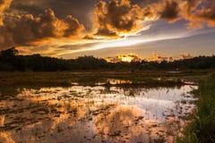 Soluppgång med en reflexion på belud sabah för bukitbongolkota royaltyfri fotografi