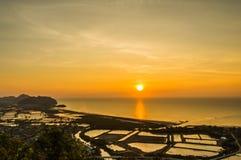 Soluppgång med härliga färger på havet Arkivbilder