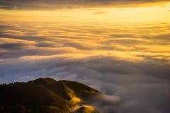 Soluppgång med havet av molnet Arkivbilder