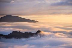 Soluppgång med havet av molnet Arkivfoto