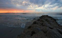 Soluppgång med havet vinkar och vaggar South Carolina arkivfoto