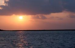 Soluppgång med mörker fördunklar och himmel med åtskilliga färger Royaltyfri Bild